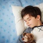 sonno, sonno bambini, sonno influisce rendimento scolastico, sonno e pagella, dormire, dormire di più bambini, bambini quanto devono dormire,