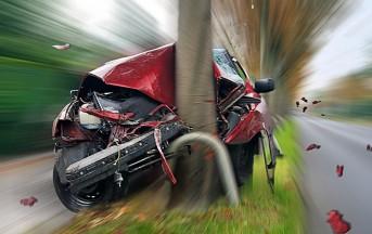 Foggia, incidente stradale nella notte: auto si schianta contro albero, un morto