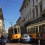auto schiacciata tra 2 tram a milano