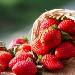 fragole, fragole calorie, fragole fanno bene, fragole proprietà, fragole benefici, fragole proprietà benefiche, fragole a cosa fanno bene, perché mangiare le fragole,