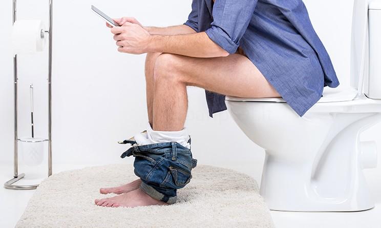 Andare in bagno con lo smartphone non fa bene alla salute - Andare in bagno ...