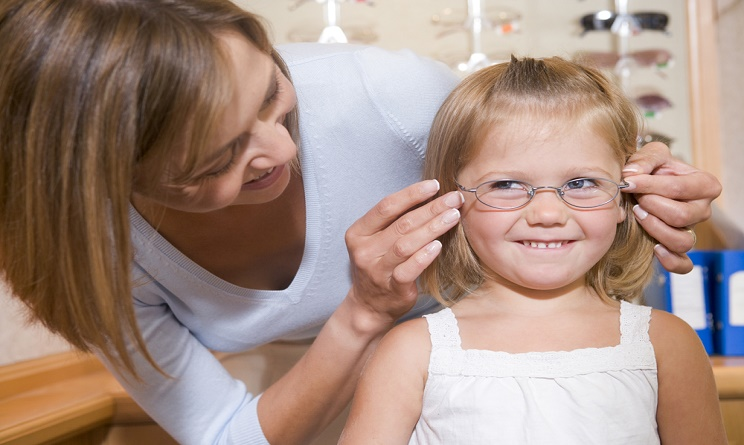 miopia, miopia bambini, miopia bambini cause, bambini con occhiali, problemi di vista bambini,