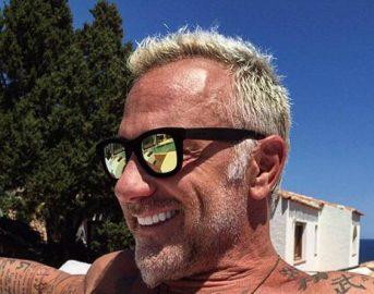 Gianluca Vacchi video: il re dei social non si trattiene e balla sui tavoli (VIDEO)