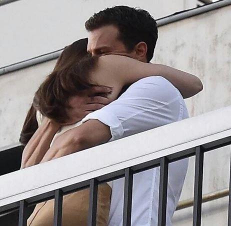Jamie Dornan e Dakota Johnson abbraccio