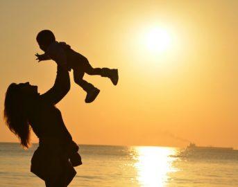 Partorisce il figlio senza vita e lo accudisce per due settimane come se fosse vivo