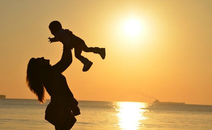 Madre accudisce figlio nato morto dopo il parto