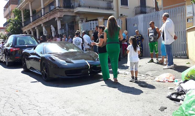 Ferrari e petali a funerale Casamonica