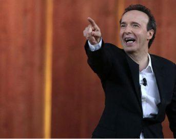 """David di Donatello 2017 Roberto Benigni, il premio Oscar cita Papa Francesco e ammette: """"Dobbiamo essere felici per fare cinema"""""""