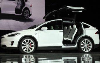 Tesla: 37enne americano si salva grazie all'autopilot, è polemica negli Usa