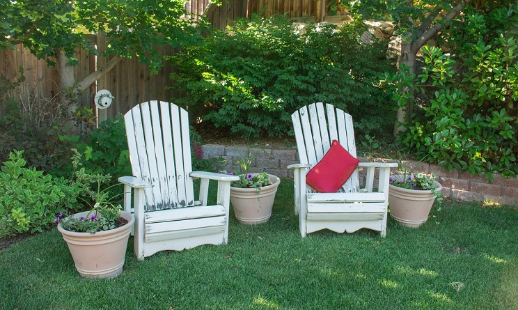 Arredo giardino 3 idee fai da te originali con i bancali for Arredo giardino in legno