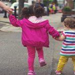 bambini che camminano primi passi