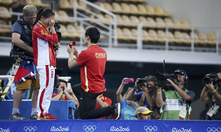 2016 Rio Olympics - Diving - Women's 3m Springboard Victory Ceremony - Maria Lenk Aquatics Centre - Rio de Janeiro, Brazil - 14/08/2016. He Zi (CHN) of China recieves a marriage proposal from Olympic diver Qin Kai (CHN) of China after the medal ceremony. She accepted Qin's proposal. REUTERS/Marcos Brindicci FOR EDITORIAL USE ONLY. NOT FOR SALE FOR MARKETING OR ADVERTISING CAMPAIGNS. - RTX2KT3W