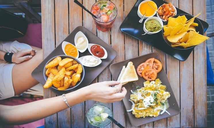 che cosa cucinare ai nostri ospiti che men scegliere tra ricette di carne pesce vegetariane e vegane ecco i consigli di urbandonna cucina