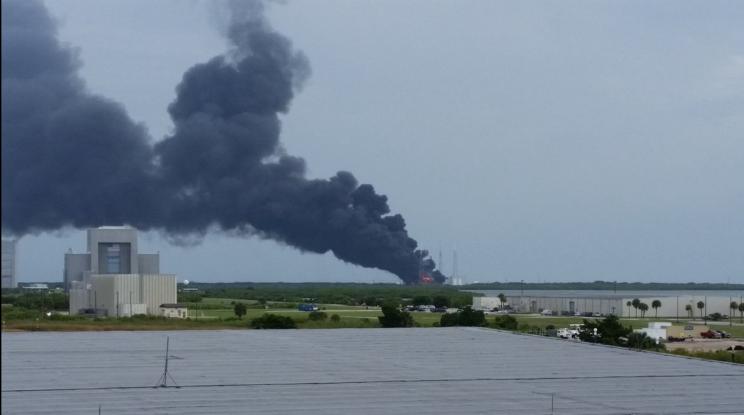 Esplosione a Cape Canaveral, in fumo Falcon 9 di Elon Musk