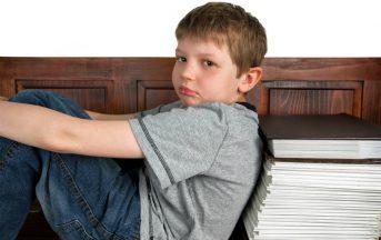 Compiti a casa, aiutare i figli è dannoso: la scienza spiega perchè