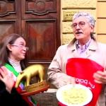Striscia La Notizia Massimo D'Alema regala un Tapiro