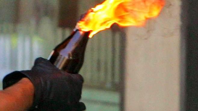 Francia, molotov contro auto polizia, due agenti feriti gravi