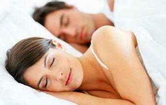 Sonno agitato: dormire con un partner che russa è pericoloso, ecco il motivo