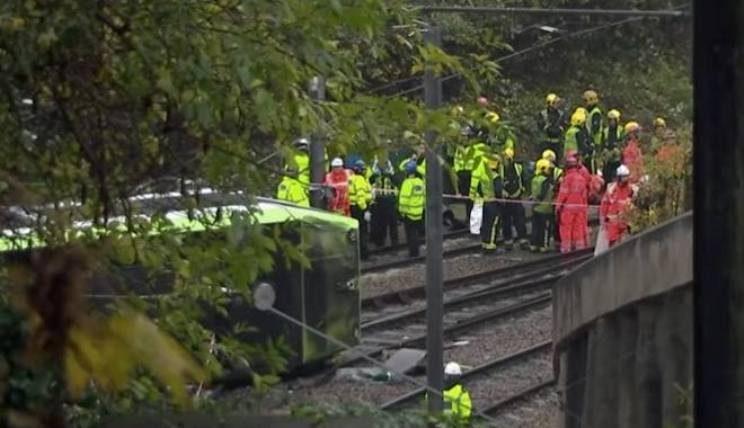 Incidente stradale a Londra, deraglia un tram