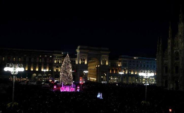 Musica, luci e danza: si accende l'Albero in Piazza Duomo a Milano