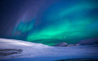 Tempesta magnetica in corso: il vento solare regala aurore boreali da lasciare senza fiato