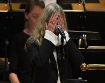 Nobel 2016 Dylan c'è: nel vestito che dà scandalo e nelle lacrime di Patti Smith