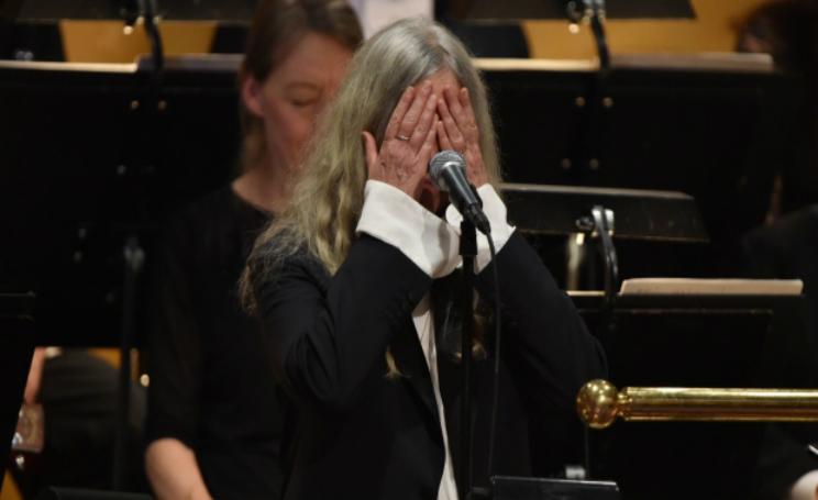 Patti Smith si commuove alla premiazione dei Nobel 2016 per Bob Dylan