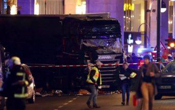 """Attentato Berlino ultim'ora, Polizia: """"Preso uomo sbagliato killer ancora in fuga"""""""