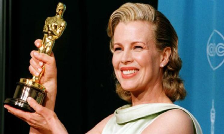 Kim Basinger riceve l'Oscar