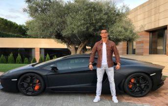 Cristiano Ronaldo accusa un dolore al polso, lascia la Lamborghini incustodita per strada
