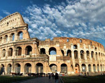 """Roma, Colosseo imbrattato da turisti: """"Incisi nome di moglie e figlia"""""""