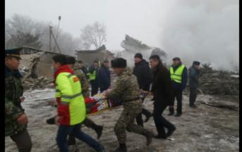 Aereo caduto sulle case in Kirghizistan, news: 13 delle 37 vittime sono bambini