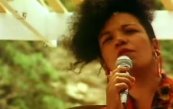 Morta carbonizzata la cantante della Lambada: i 3 sospettati sono dei ragazzini
