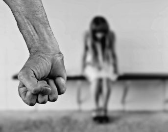Bologna, violenze e abusi su donna disabile in un bar: arrestato uomo di 30 anni