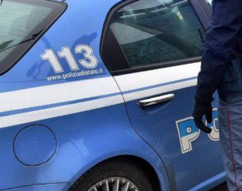 Roma, marito chiama la polizia perché la moglie minaccia il suicidio: lei è in macchina con un altro