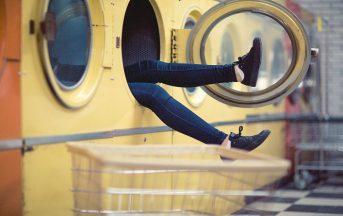 Come pulire la lavatrice: via melma, calcare e cattivi odori, ecco come fare