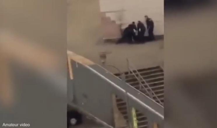 Giovane picchiato dai poliziotti, proteste nelle banlieue di Parigi