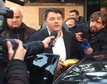 """Scissione Pd, Matteo Renzi riceve il Tapiro di Striscia La Notizia: """"me lo merito proprio"""""""