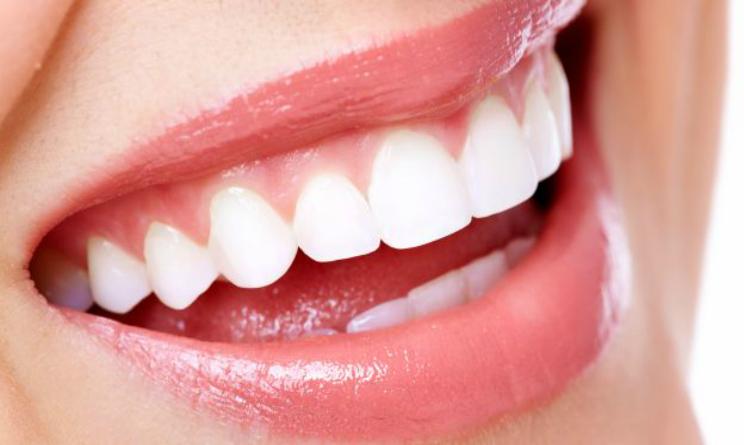 Come lavarsi i denti in modo corretto, tre falsi miti da sfatare