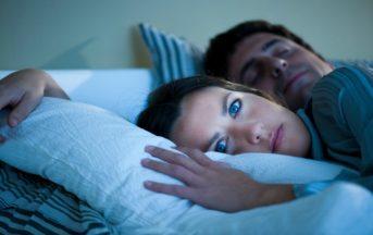 Insonnia come dormire bene? Sintomi e soluzioni, tra i fattori di rischio anche stress e ansia