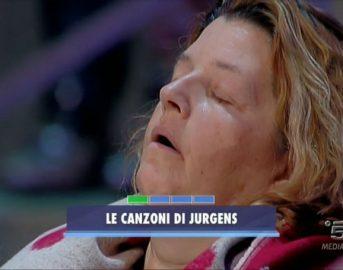 Avanti un altro: Paolo Bonolis si accorge che una signora del pubblico dorme e si alza per andarla a svegliare