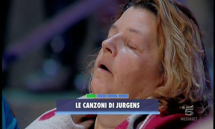 VIDEO Paolo Bonolis, signora del pubblico si addormenta ad