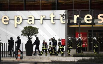 Orly, uomo ucciso in aeroporto era diretto verso il McDonald's: chi è l'attentatore