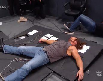 WWE Smackdown, Shane McMahon si vendica con AJ Styles: le foto dell'incredibile volo dal paletto