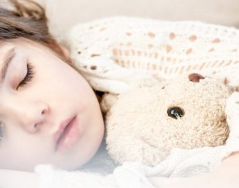 """Ora legale 2017, come """"scombussola"""" i bambini: gli effetti e come aiutarli"""