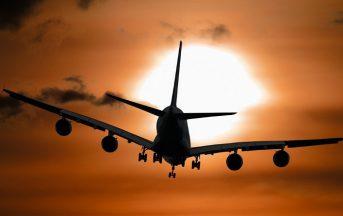 Viaggiare in aereo con i bambini: quanto costa e quando scegliere compagnie low cost o di linea