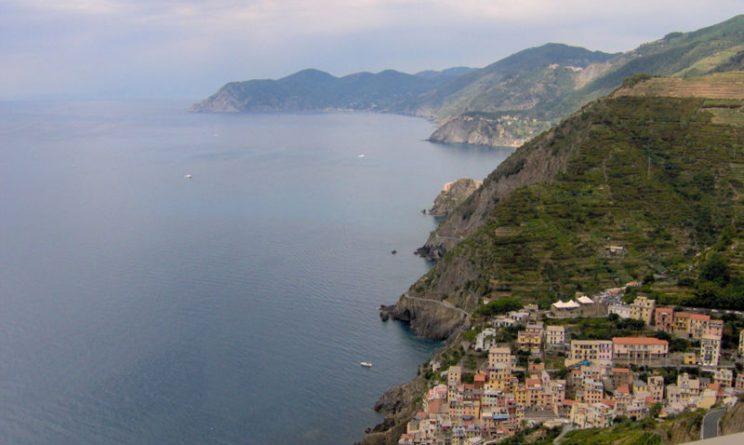 Monterosso (La Spezia), turista di 22 anni precipita sulla scogliera e muore