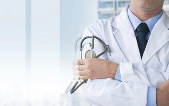 Medico inglese effettuava mastectomie inutili per soldi a pazienti sane: arrestato