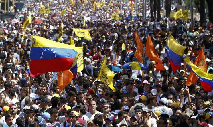 Morire di fame in mezzo al petrolio: Venezuela, storia di una rivoluzione naufragata