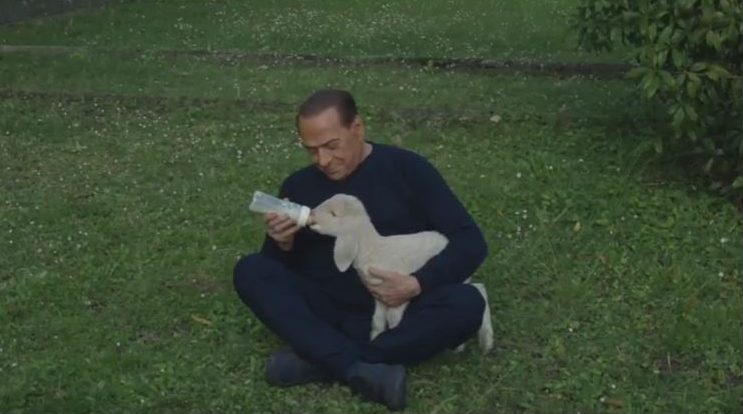 Silvio Berlusconi salva 5 Agnelli